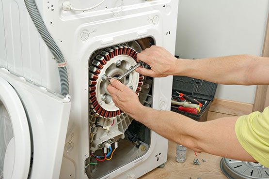 our expert repairing the washing machine